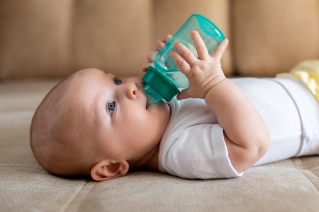 bimbo che beve acqua