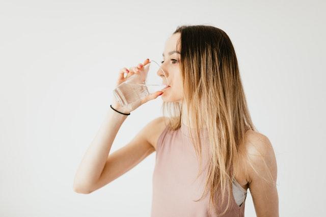 donna beve acqua fontenoce