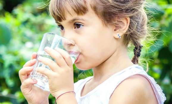 quanto devono bere i bambini