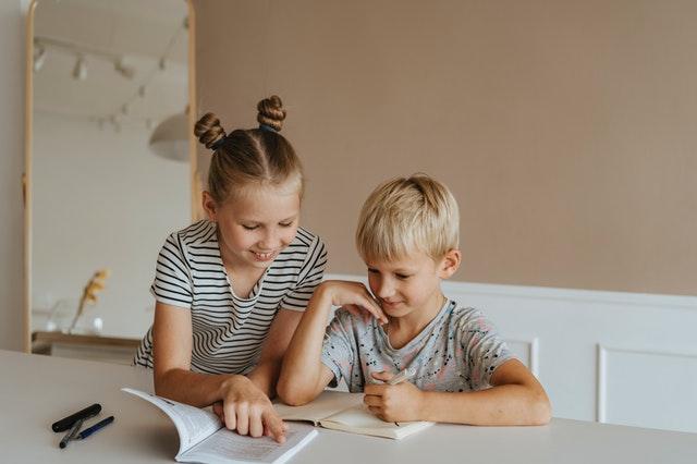 bimbi studiano